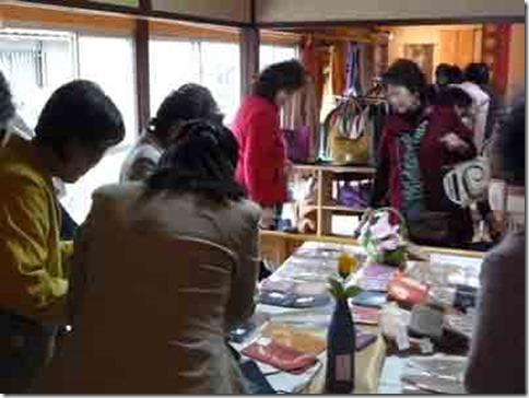 2013年草木染教室作品展、初日は盛況