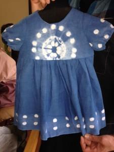 1歳半のお孫さんのための藍染の服