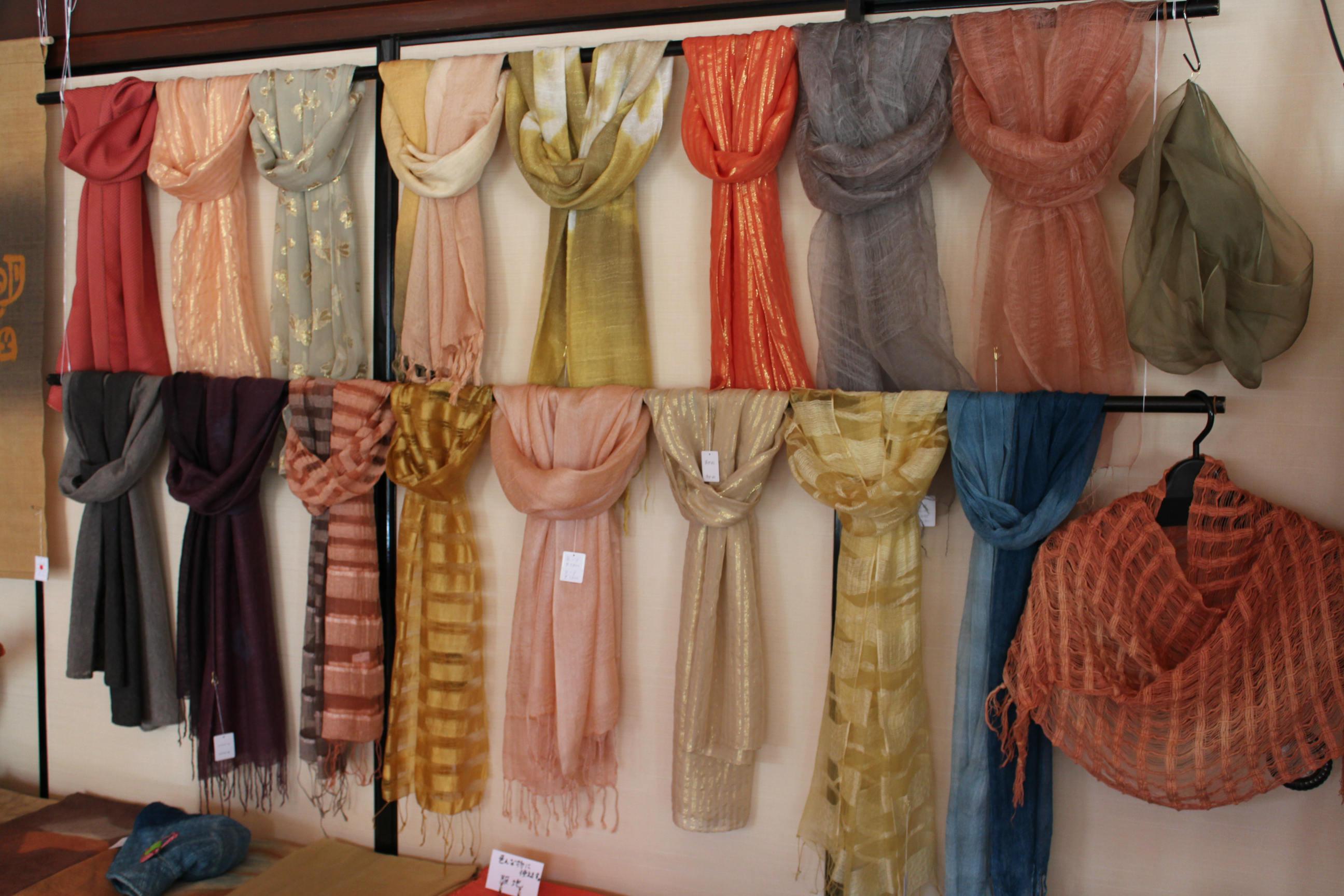 シルク、綿などの草木染スカーフ