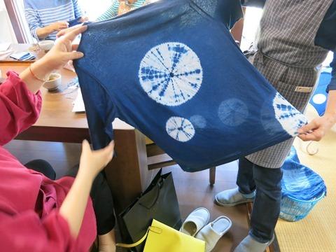 草木染教室で染めた藍染のTシャツ