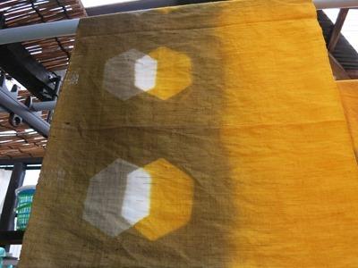 玉ねぎの皮で草木染した麻の布