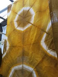 玉ねぎの皮で草木染。板締め技法。折り方を変えて