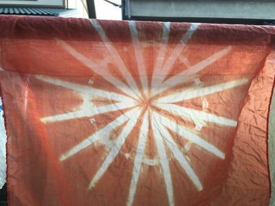ビワで草木染したハンカチ。菊花絞り技法