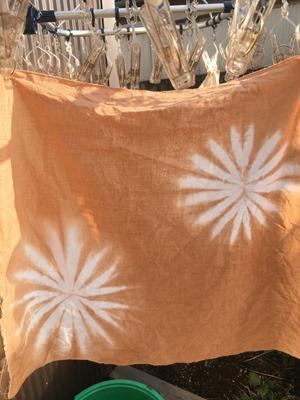 タンガラで草木染した手ぬぐい。色は明るい茶色