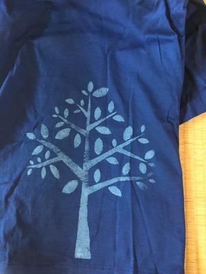 藍染抜染技法のシャツ