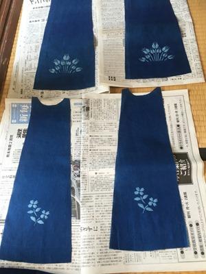 藍染抜染技法のお孫さん用服のパーツ