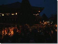 東大寺二月堂の「お水取り」、暗くなってきた二月堂