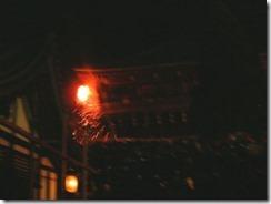東大寺二月堂の「お水取り」、たいまつに火が燈る