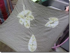葉っぱの形に縫い絞りしてドクダミで草木染めしたハンカチ
