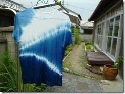 藍染めのTシャツ、ヒモで絞り模様