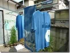 藍染めのTシャツとストールをヒモで絞り模様