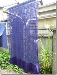 ログウッドで草木染したシルクストール。色は青紫