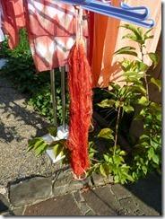 茜で草木染した糸と麻の布など