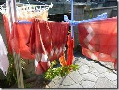 茜で草木染した麻の布、板締め技法