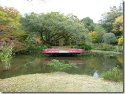 奈良・万葉植物園の真ん中の池と舞台