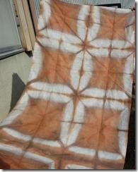 梅で草木染めした布