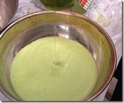 抹茶のような色の藍の生葉ジュースを作ります。