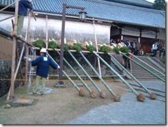 東大寺二月堂の「お水取り」、燈される前のたいまつ