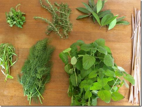 冬に庭で採れたハーブ、料理や草木染に使います