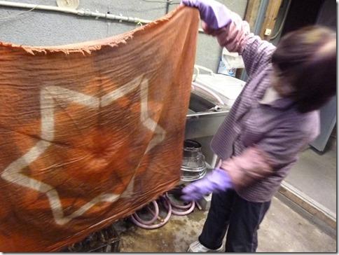 梅で草木染した布、板締め技法
