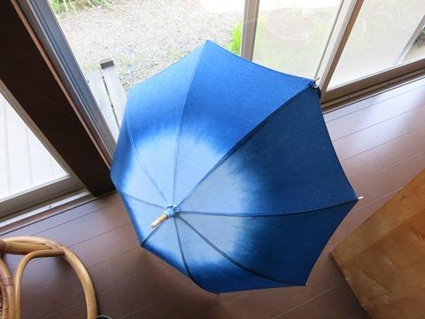 草木染教室で染めた藍染のパラソル
