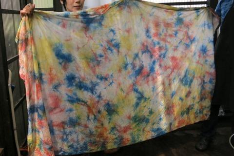くちなし、茜で草木染した布に藍染を染め重ね