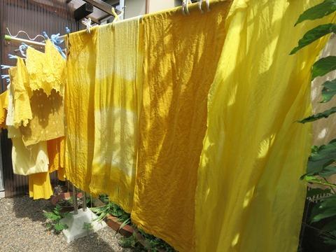 くちなしで草木染した布やストール