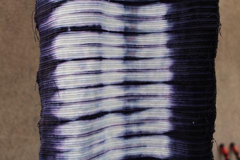 ログウッドで草木染めした綿の布。青紫色