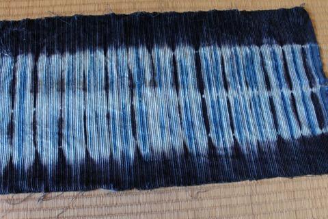 ログウッドで草木染めした布に藍染をかける