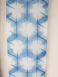藍染で雪花絞りした手ぬぐい