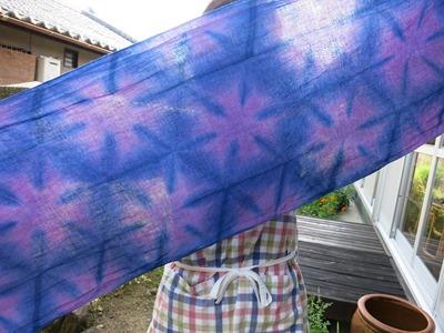 ウメノキゴケで草木染した布に藍染の雪花絞りを重ねて