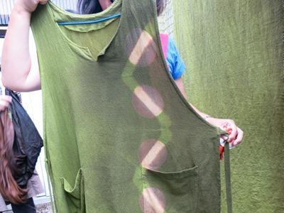 赤紫蘇で草木染したエプロンドレス。抹茶のような緑色です