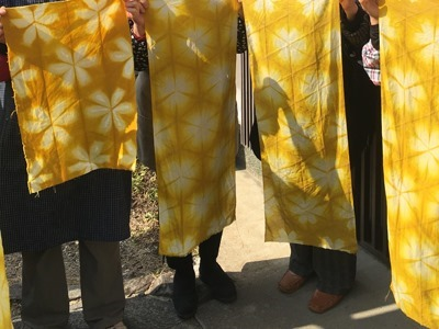 マリーゴールドで草木染したフリースタイル講座受講生の作品
